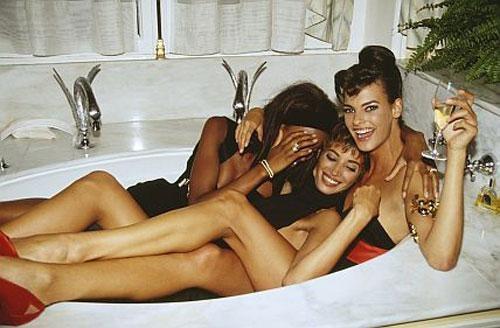 1990… Наоми Кэмпбелл, Кристи Терлингтон и Линда Евангелиста в Париже. Париж, мы тебя любим!